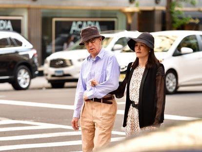 Woody Allen e sua mulher, Soon-Yi Previn, passeiam por Nova York, em 2016