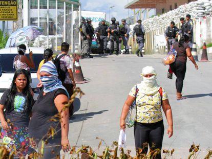 Parentes dos detentos nas imediações do complexo prisional em Manaus neste domingo.