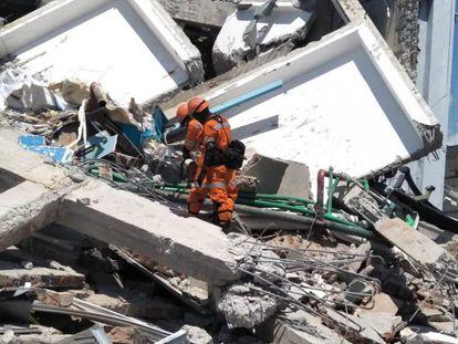 Serviços de socorro procuram sobreviventes entre os escombros de um edifício em Palu
