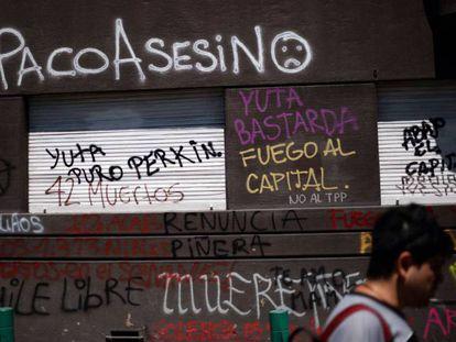 Local pichado durante os protestos em Santiago. Em vídeo, imagens das últimas manifestações no Chile.