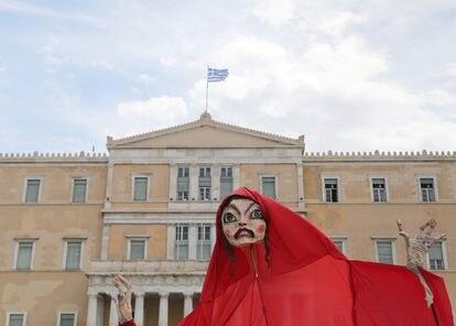 Trabalhadores do setor artístico protestam em frente ao Parlamento grego por apoio do Governo ao setor de arte em meio à pandemia, nesta quinta-feira, em Atenas.