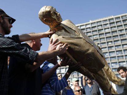 A estátua dourada de Netanyahu é retirada da praça Rabin, nesta terça-feira.