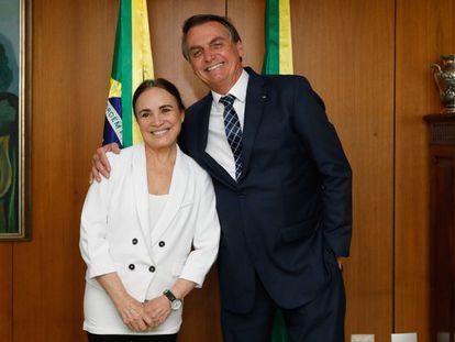 A atriz Regina Duarte e o presidente, Jair Bolsonaro, durante reunião em Brasília.