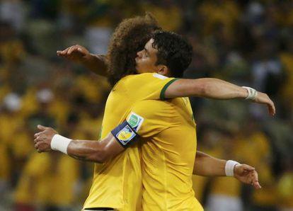 David Luiz e Thiago Silva se abraçam depois de derrotar a Colômbia.