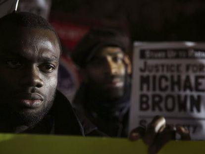 Manifestantes na embaixada de EUA em Londres.