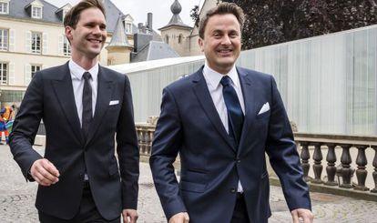 O primeiro-ministro de Luxemburgo Xavier Bettel, à direita, e seu marido na sexta-feira após se casarem.