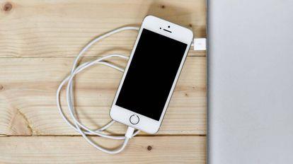Um iPhone sendo carregado.