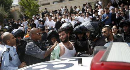 A polícia prende um palestino acusado de esfaquear um israelense em Jerusalém.