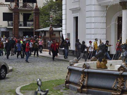 Grupos de apoiadores do Governo invadem o Parlamento.