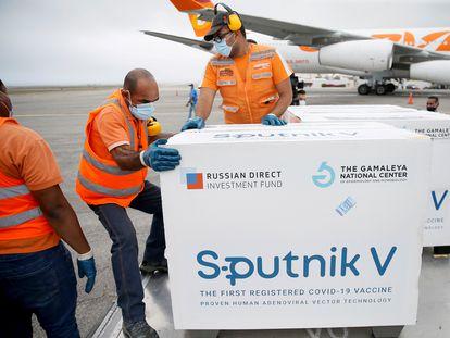 Carregamento de vacinas Sputnik V chega a Caracas em 29 de março.