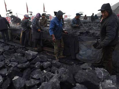 Trabalhadores de uma mina de carvão em Datong, província de Shanxi, no final de 2015.