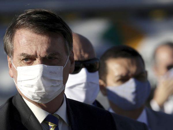 El presidente Bolsonaro en la izada de la bandera este martes en su residencia, en Brasilia.
