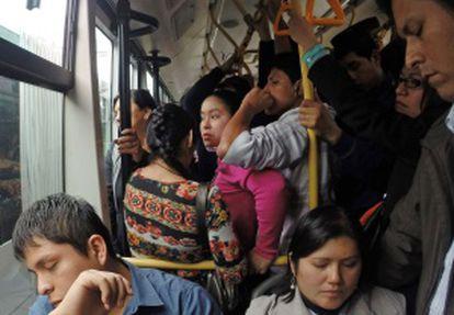 Um ônibus público em Lima.