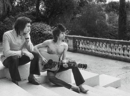 Charlie Watts (left) and Keith Richards (right) on the stairs to the terrace overlooking the sea, 1971.