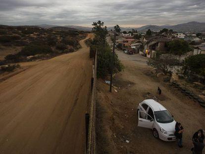 Muro na fronteira entre o México e os EUA em Tecate.
