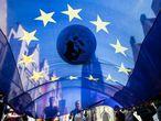 Manifestantes despliegan una bandera europea durante una protesta en la ciudad alemana de Münster en mayo para exigir medidas contra el cambio climático.