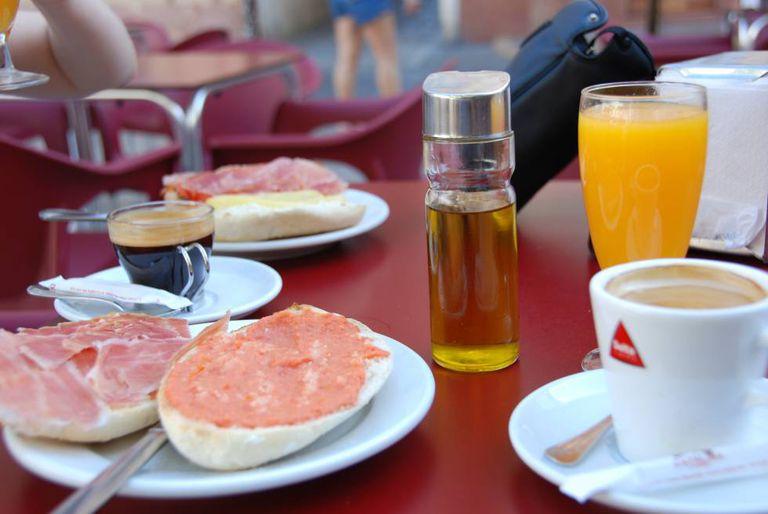 Um bom café da manhã pode consistir em uma caneca de café, fruta ou suco e um par de torradas.