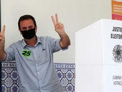 Vencedor do primeiro turno no Rio de Janeiro, Eduardo Paes (DEM) faz gesto da vitória após votar na manhã deste domingo. Ele irá enfrentar o prefeito Marcelo Crivella (Republicanos)