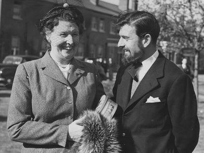 O agente duplo britânico e soviético George Blake, com sua mãe, após retornar do seu cativeiro na Coreia do Norte, em 1953.