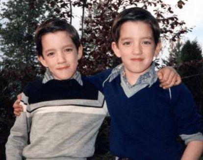 Drew e Jonathan Scott de crianças. Seus pais não sabiam que iam ter gêmeos.  