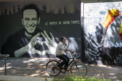 """Grafite com o rosto de Navalni e o slogan """"o herói do nosso tempo"""", no centro de Genebra nesta terça-feira."""