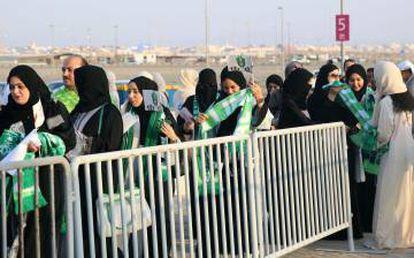 Várias mulheres, nesta sexta-feira antes de entrar no estádio de Jeddah (Arábia Saudita).