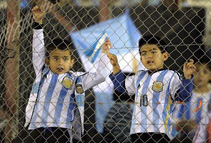 Pequenos torcedores das Argentina aguardam o jogo de futebol entre as seleções brasileira e argentina em Buenos Aires, em 14 de novembro.