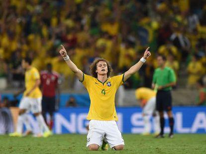 David Luiz comemora seu gol contra a Colômbia.