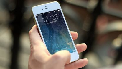 Usuário de um telefone da Apple, uma das empresas multadas na Itália por obsolescência programada.