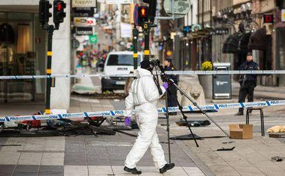 Serviços de emergência trabalham no local do incidente, em Estocolmo.