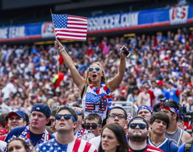 Torcida acompanha um jogo dos EUA em uma arena de Chicago.