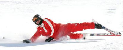 Michael Schumacher cai na neve, em uma imagem de 2006.