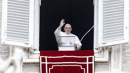 O papa Francisco recita a oração do Angelus da janela de seu apartamento, na praça de São Pedro, Cidade do Vaticano, neste domingo 8 de agosto.