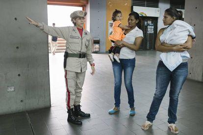 Carolina González ajuda a usuários do metro de Caracas.