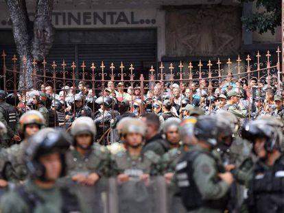 Simpatizantes de Nicolás Maduro vigiam a saída da Assembleia Nacional, nesta terça-feira em Caracas.