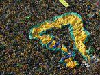 """-FOTODELDÍA- AME2856. SAO PAULO (BRASIL), 07/09/2021.- Simpatizantes del presidente brasileño, Jair Bolsonaro, se manifiestan hoy en la avenida Paulista, en Sao Paulo (Brasil). El presidente de Brasil, Jair Bolsonaro, encabezó este martes, cuando se celebra el Día de la Independencia, una multitudinaria manifestación convocada en defensa de la """"libertad"""" pero que en la que sobresalieron demandas con tintes antidemocráticos. Durante su discurso ante miles de personas en Brasilia, Bolsonaro volvió a amenazar al Tribunal Supremo, que ha abierto una investigación contra el mandatario sobre difusión de noticias falsas y amenazas a la democracia que ya ha llevado a la cárcel a numerosos activistas de ultraderecha. EFE/ Fernando Bizerra"""