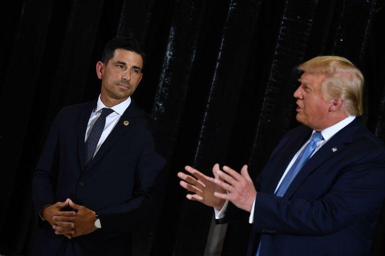 O secretario interino de Segurrança Nacional Chad Wolf e o presidente Donald Trump, em Yuma, Arizona.