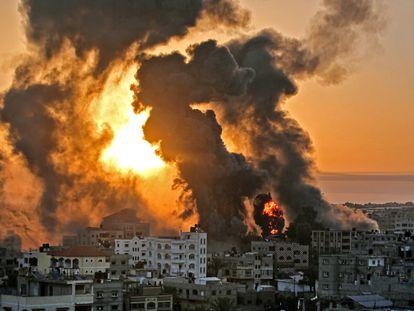 Várias colunas de fumaça sobem sobre Khan Younis, na Faixa de Gaza, depois de um bombardeio da aviação israelense, na quarta-feira. Em vídeo, destroços em Gaza vistos de um drone.