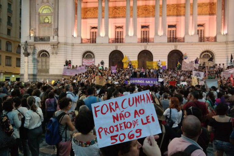 Milhares de mulheres foram às ruas contra o PL 5069 no Rio (foto) e em São Paulo.