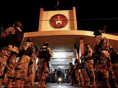 A polícia paraguaia vigia a penitenciária de Tacumbú, em Assunção, horas depois do motim de terça-feira.