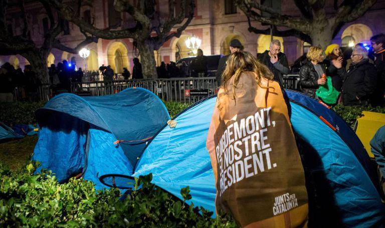 Manifestantes independentistas acampam em protesto na frente do Parlamento regional da Catalunha.