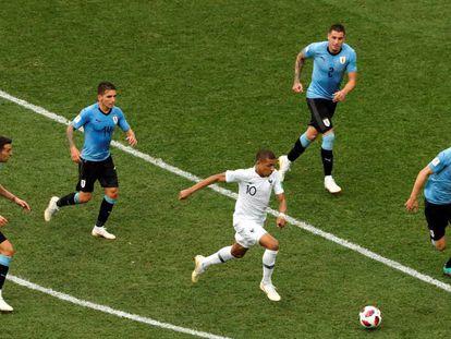Mbappé entre quatro uruguaios.