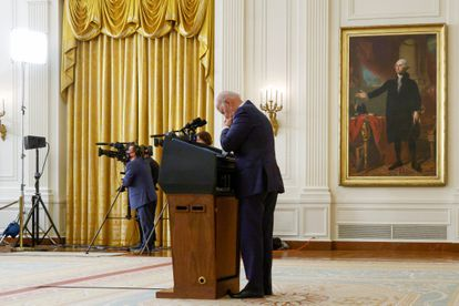 O presidente dos EUA, Joe Biden, lê uma lista de perguntas durante entrevista à imprensa sobre a questão afegã realizada nesta quinta-feira na Casa Branca.