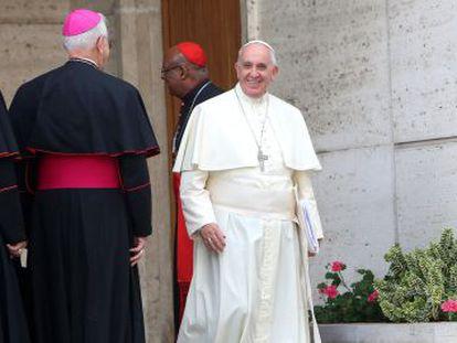 O Papa deixa uma das sessões do Sínodo sobre a Família.
