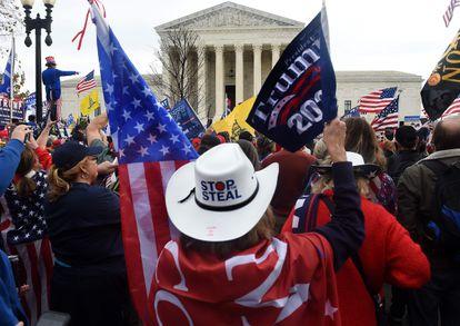 Manifestantes trumpistas, no exterior do Supremo Tribunal em Washington, neste sábado.