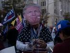 """Seguidores del presidente de los Estados Unidos, Donald Trump, participan en una protesta llamada  """"Stop the Steal"""" en la ciudad de Washington D.C. el día 14 de noviembre de 2020. La marcha fue convocada después de que se perdiera  la elección presidencial estadounidense del 2020"""