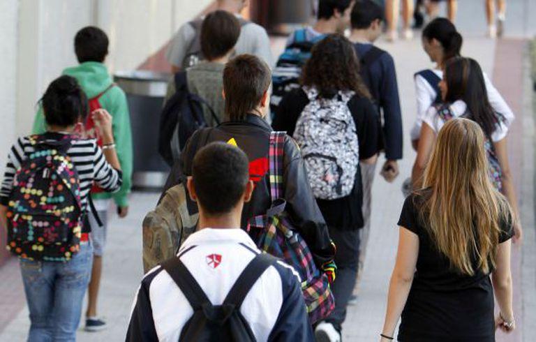 Alunos em um corredor de escola.