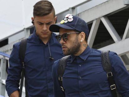 Alves, à direita, no aeroporto de Cardiff.