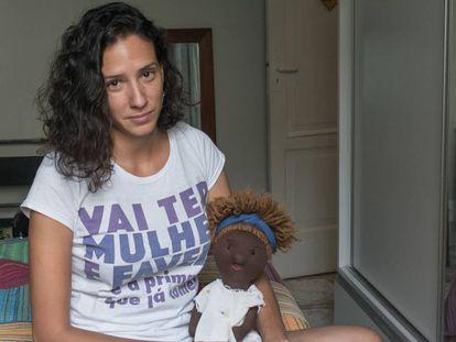 Mônica Tereza Benício segura a boneca de pano Mariellinha, uma homenagem ao seu grande amor.