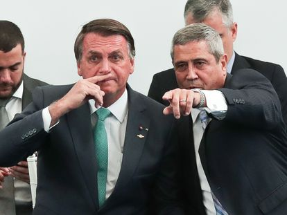 Bolsonaro conversa com o ministro da Defesa, general Braga Netto em evento no Rio de Janeiro EFE/ André Coelho